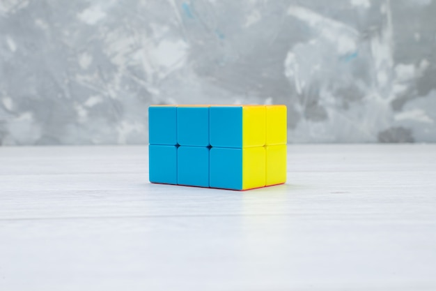 Красочные игрушечные конструкции созданы в форме на белом, игрушечном пластике