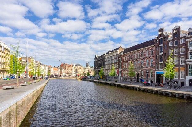 Красочные традиционные старые здания в солнечный день в амстердаме, нидерланды