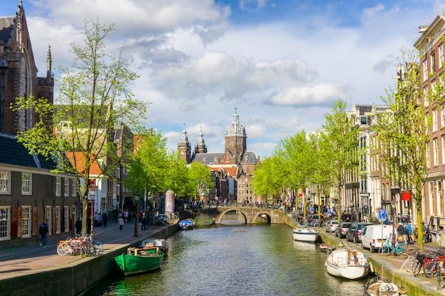 Красочные традиционные старые здания в солнечный день в амстердаме