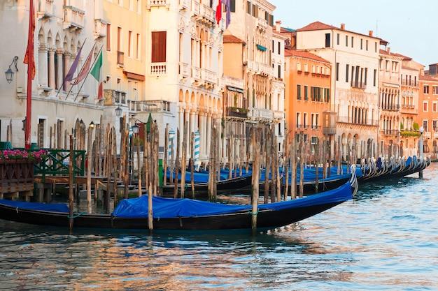 운하, 이탈리아의 물 위에 다채로운 전통 베니스 곤돌라 보트와 주택