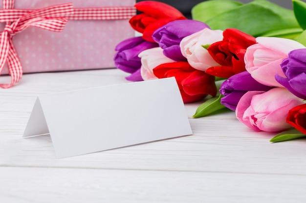 カラフルなチューリップと白い背景にあるカード