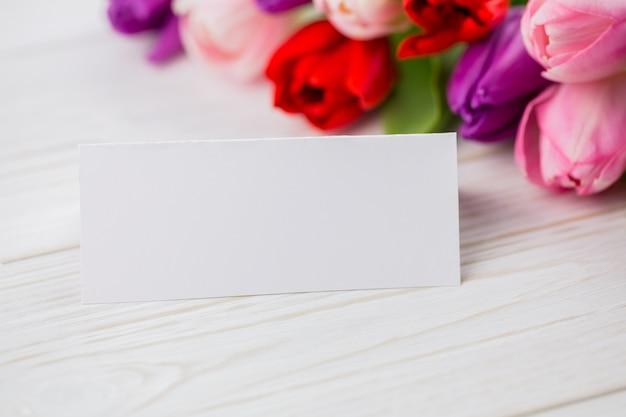 カラフルなチューリップと白いカード