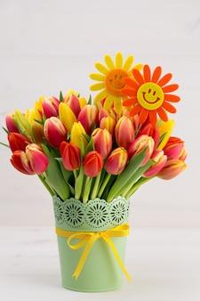 木製の背景に色とりどりのチューリップの花束