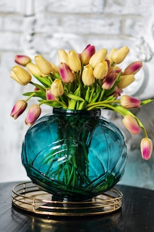 아름 다운 유리 꽃병에 화려한 튤립입니다.