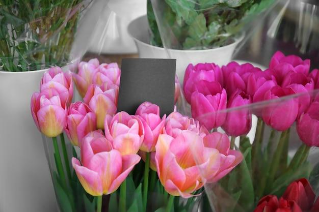 Красочные тюльпаны в цветочном магазине