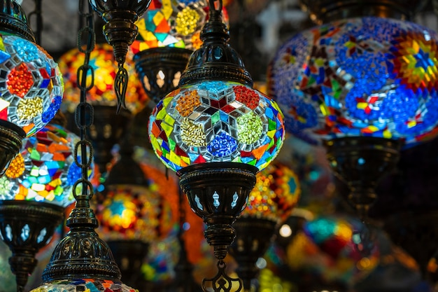 トルコのボドルムのストリートマーケットで販売されているカラフルなトルコのモザイクガラスランプ。閉じる