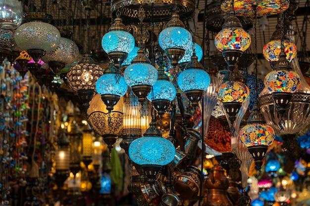 ストリートマーケットで販売されているカラフルなトルコのモザイクガラスランプ