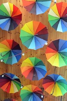カラフルな傘色とりどりの傘の装飾明るい背景