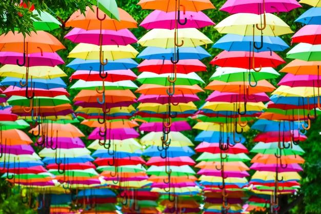 装飾として空にカラフルな傘