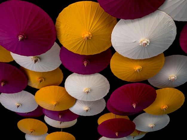 배경에 화려한 우산