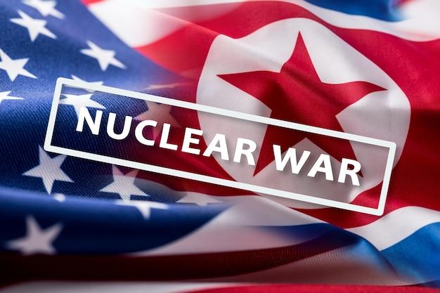 カラフルなアメリカと北朝鮮の旗が風になびくテキスト核戦争