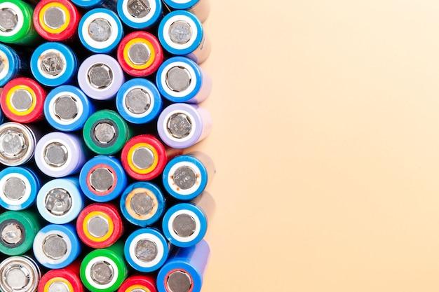 Разноцветные никель-металлогидридные (ni-mh) аккумуляторы на бежевом фоне