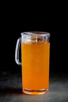 グラスの中のカラフルな様々なカクテル