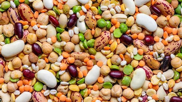 Красочные различные сушеные бобовые: чечевица, фасоль, фасоль, горох, нут и другие злаки.