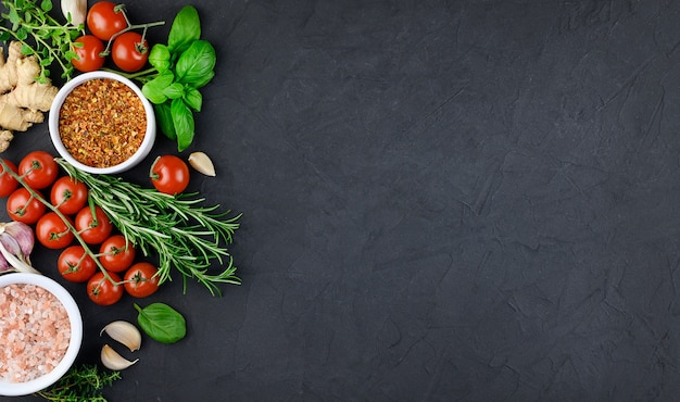 暗い背景、コピースペース、モックアップ、バナーで調理するためのカラフルなさまざまなハーブやスパイス。高品質の写真