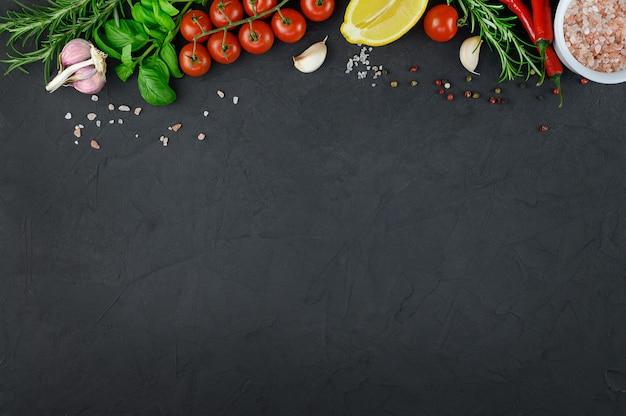 暗い背景で調理するためのカラフルなさまざまなハーブやスパイス。