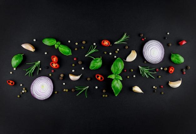 暗い表面で調理するためのカラフルなさまざまなハーブやスパイス。高品質の写真