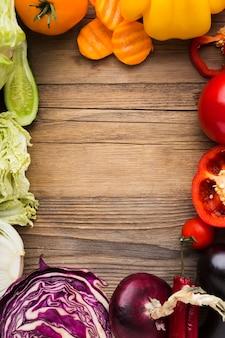 Красочный ассортимент овощей на деревянных фоне с копией пространства
