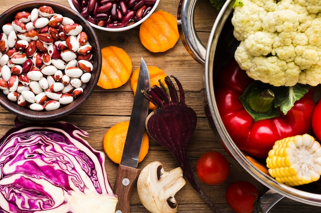Ассортимент красочных овощей на деревянных фоне