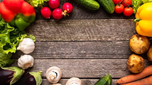 Copyspaceとカラフルな野菜の背景。木製の背景に野菜。上面図