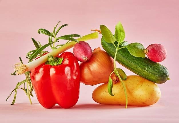Красочные овощи, изолированные на розовом