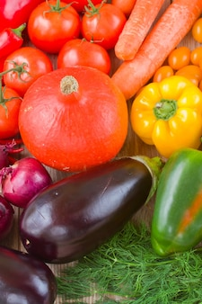 Разноцветные овощи - тыква, помидоры, лук и баклажаны.