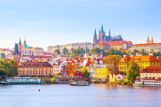 Красочный вид на замковый район (градчаны) в праге, чешская республика