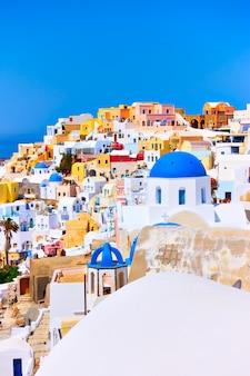 그리스 산토리니(santorini)에 있는 이아(oia) 마을의 다채로운 전망. 세로 샷, copyspace 구성