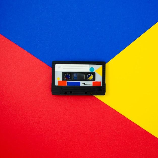 色とりどりの背景にカラフルなビンテージカセットテープ