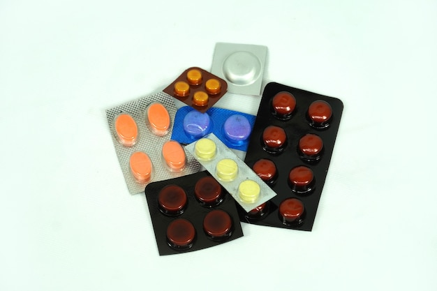 Красочные витаминные таблетки, капсулы и ампулы с лекарствами