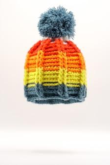 Красочная зимняя вязаная шапка