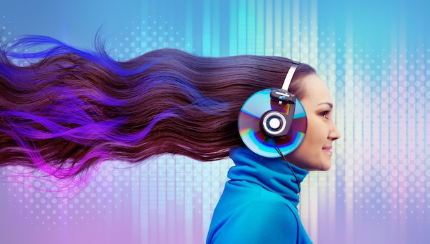 音楽を聴いているカラフルな女性