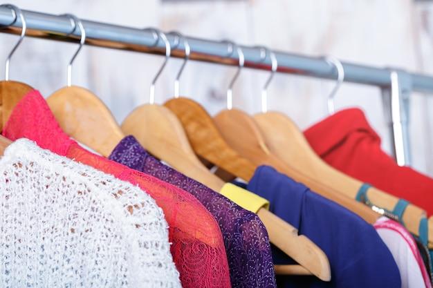 패션 매장의 선반에 나무 옷걸이에 화려한 여자 옷. 여성용 옷장