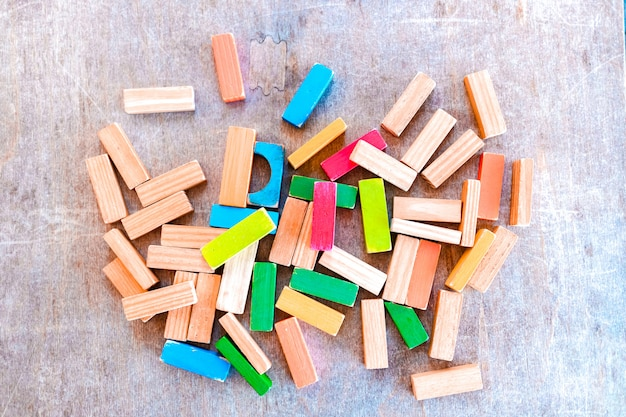 上から見た子供のゲーム、開発と育児の概念のためのカラフルな木製ブロック。