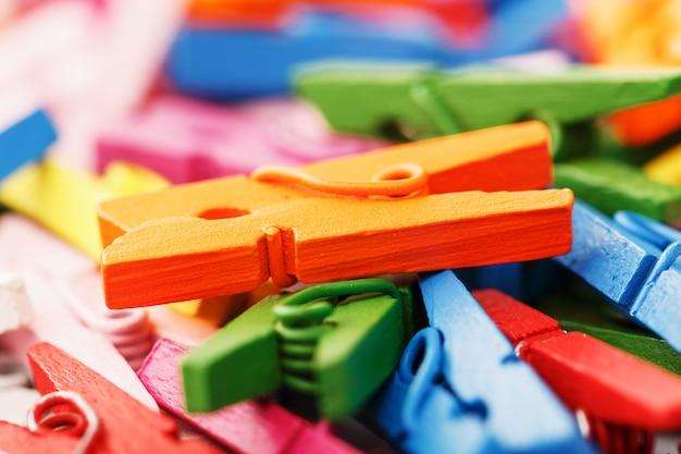 Красочный деревянный конец-вверх зажимок для белья как текстура и предпосылка в полном объеме.