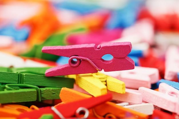 Красочный деревянный конец-вверх зажимок для белья как текстура и предпосылка.
