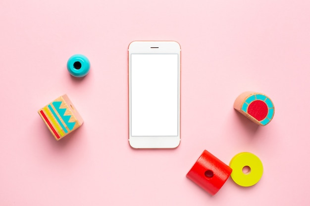 白い画面の子供と携帯電話用のカラフルな木製のコンストラクター
