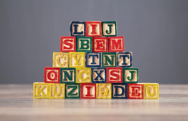 木製のテーブルに文字とカラフルな木製の立方体。