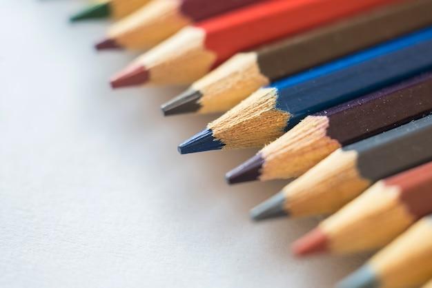 다채로운 나무 연필