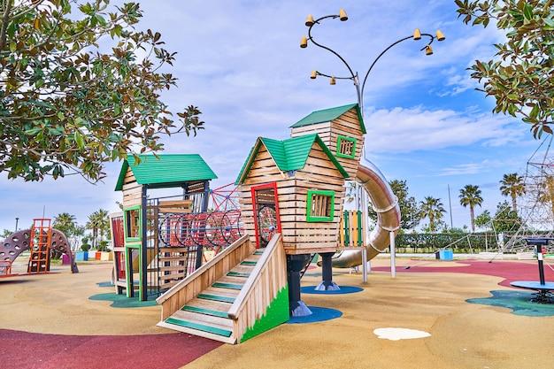 Красочная деревянная игровая площадка в парке для детей
