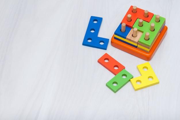 논리적 사고, 교육을위한 다채로운 나무 장난감. 복사 공간, 평면도. 논리 게임 개념.