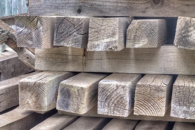 互いに横たわっているカラフルな木製の濡れた板