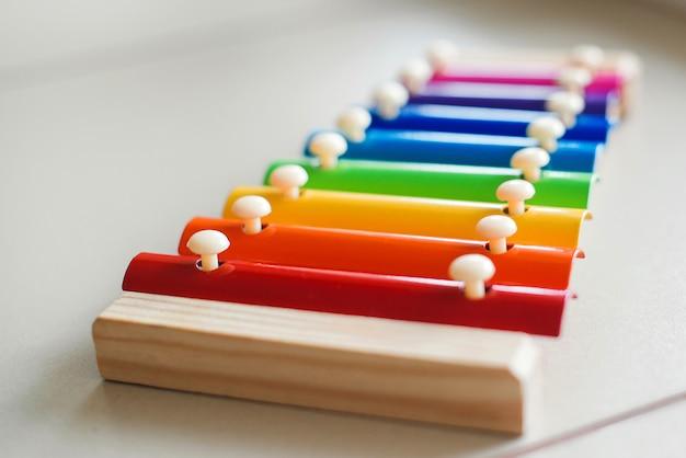 Красочный деревянный ксилофон на столе
