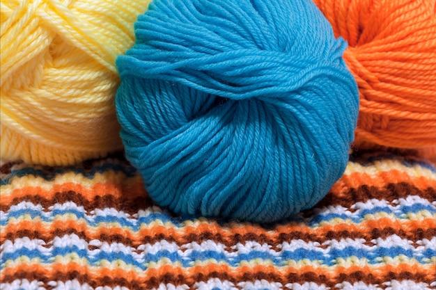 カラフルなウール糸とストライプの編み生地