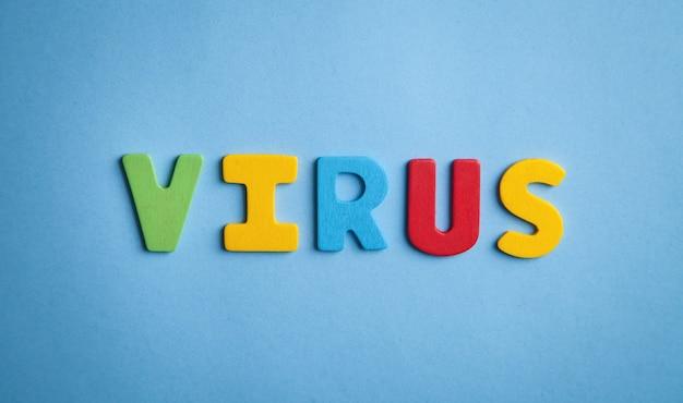 파란색 바탕에 화려한 단어 바이러스입니다.