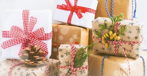 흰색 질감 배경에 선물이 있는 다채로운 포장된 선물 상자. 선택적 focus.place 텍스트입니다.