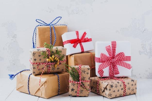 白い織り目加工の背景にプレゼントとカラフルな包まれたギフトボックス。セレクティブフォーカス。テキストの場所。