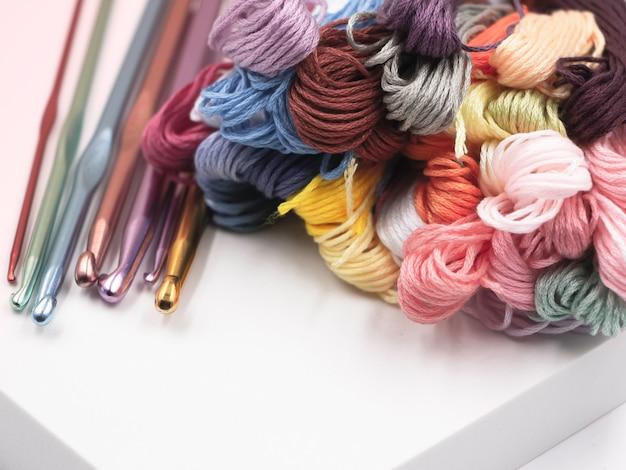 다채로운 원사 및 크로 셰 뜨개질 후크