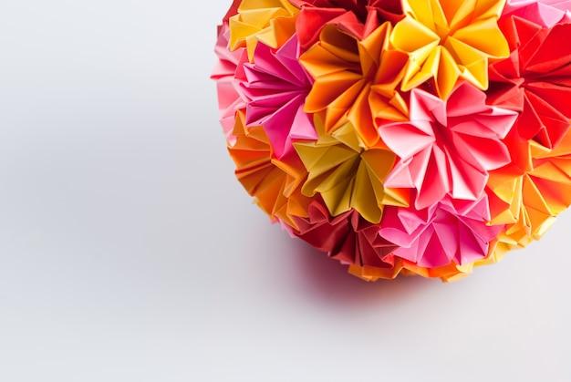白地に虹の花が咲くカラフルな折り紙くす玉。温かみのある色