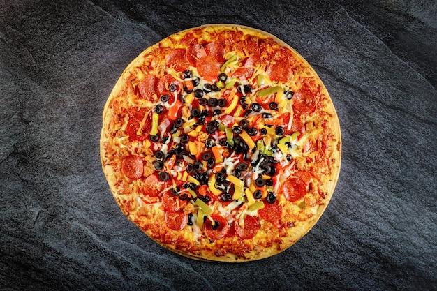 Красочная пицца высшего качества с маслинами и пепперони
